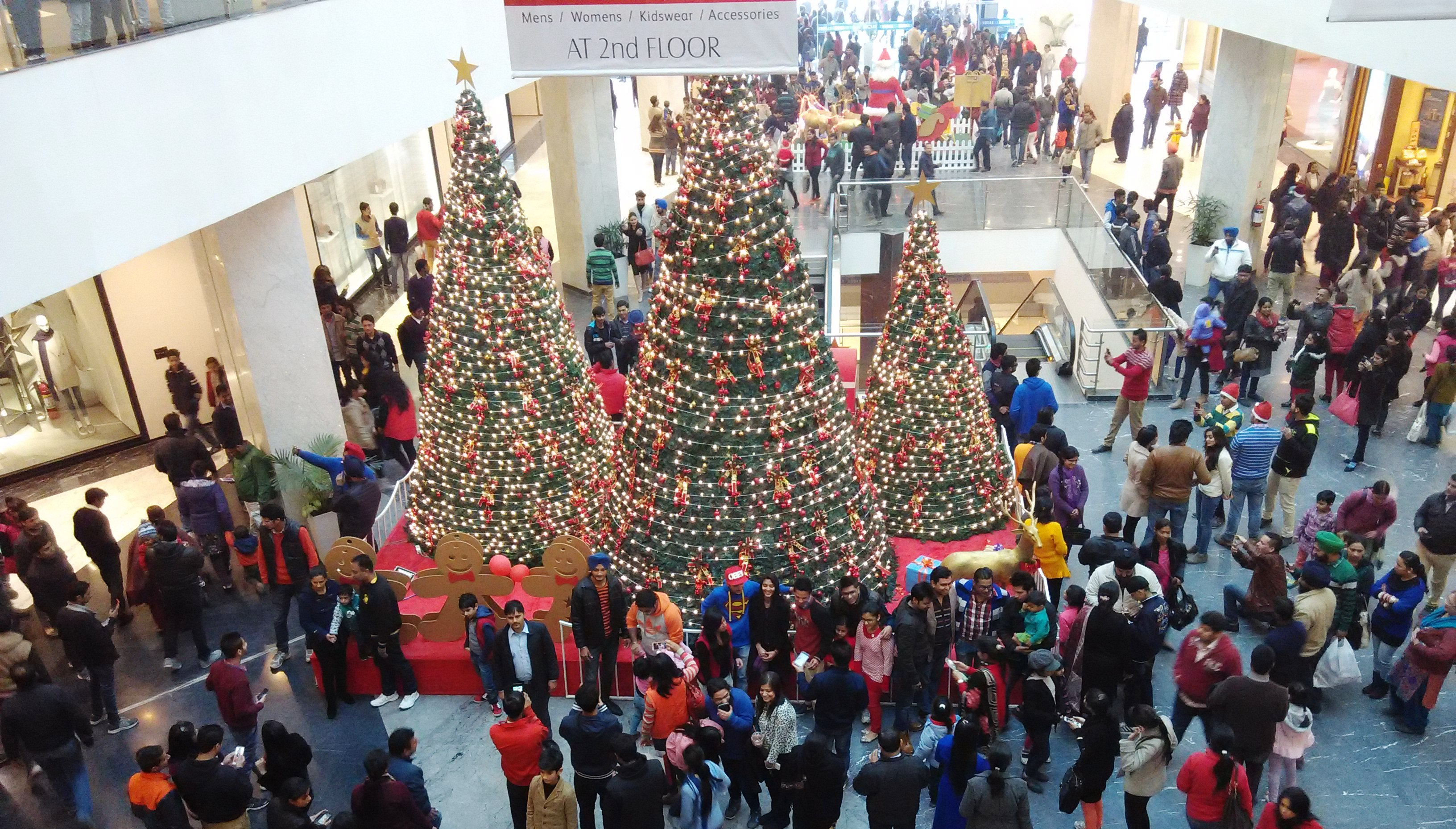 elante mall gets jam packed on christmas eve in chandigarh - What Time Does The Mall Close On Christmas Eve